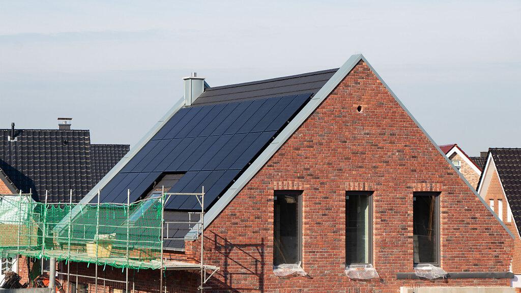 Installation der Photovoltaikanlage auf dem Satteldach